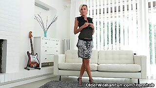 Short-haired milf Sunny elations her cunt