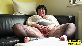 round uk mature frigs her cunny in fishnets